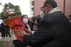 Rabbi Walter Homolka hands Torah scroll to Sonja Güntner.