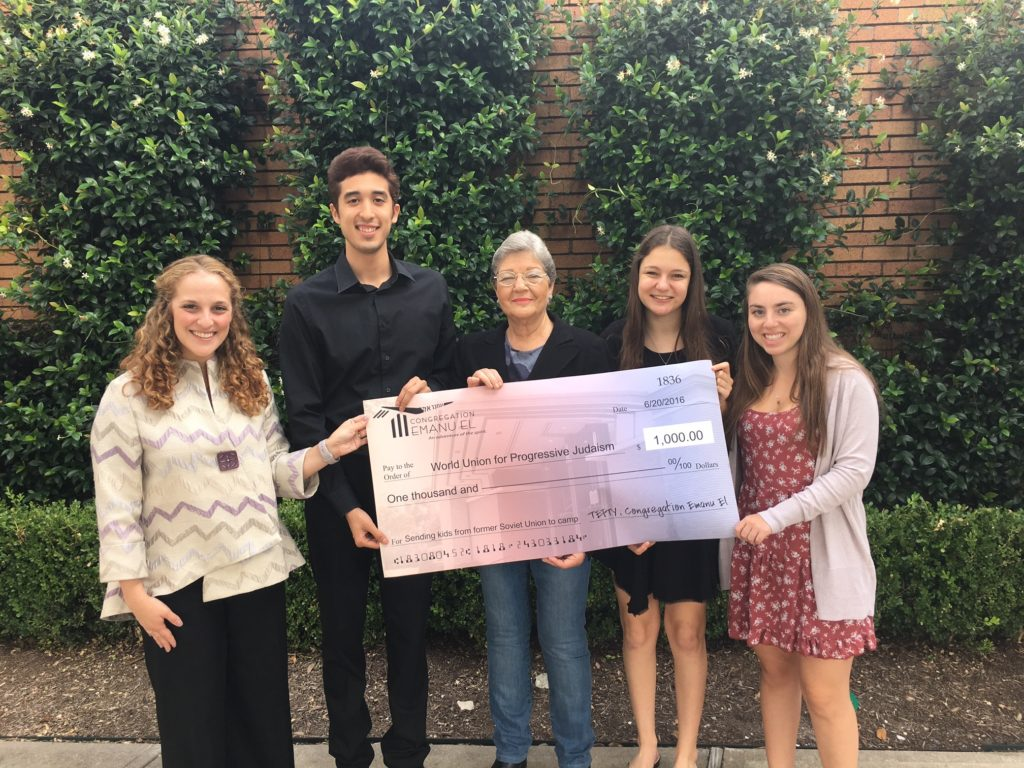 Chaverim Project members from TEFTY in Houston with Linda Zoll, center, raise money to send youth in the FSU to Netzer summer camps